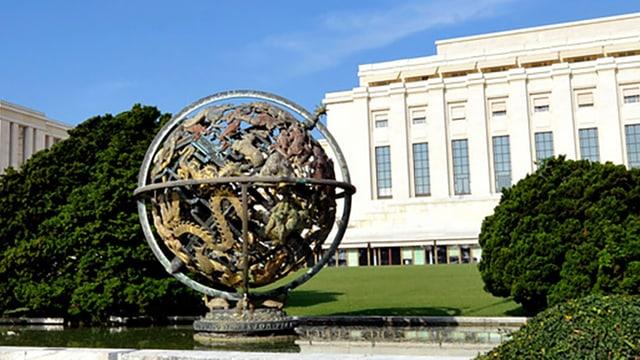 Metallplastik in Globus-Form in einem Brunnen vor dem UNO-Gebäude in Genf.