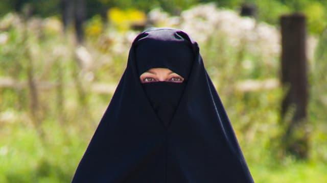 Frau mit Burka.