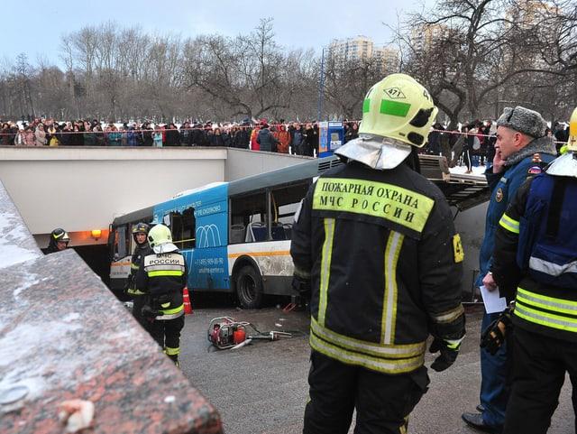Der Linienbus kam in einem Treppenhaus der Moskauer U-Bahn zu stehen.