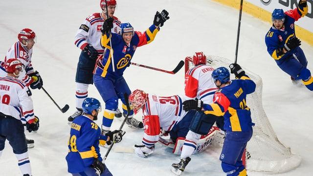 Giugaders da hockey han sajettà in gol e sa legran.