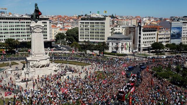 Vista sin ina via da Lissabon cun fans dal ballape