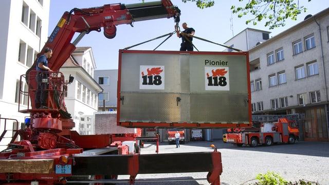 Ein Hebekran der Basler Berufsfeuerwehr mit einem Container am Hacken.