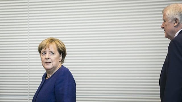 Merkel und Seehofer au der Ferne.