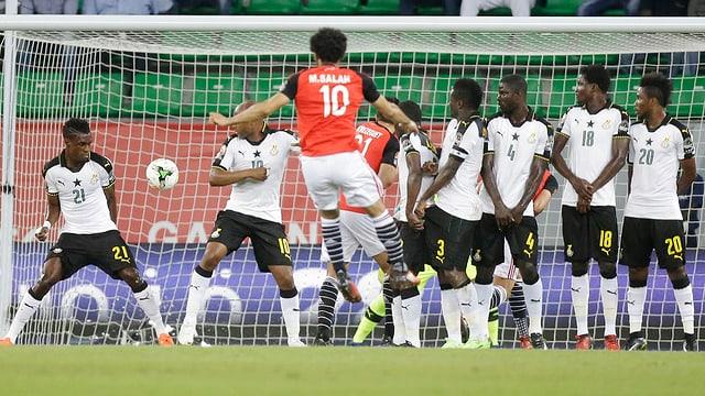 Mohamed Salah versenkt einen Freistoss.