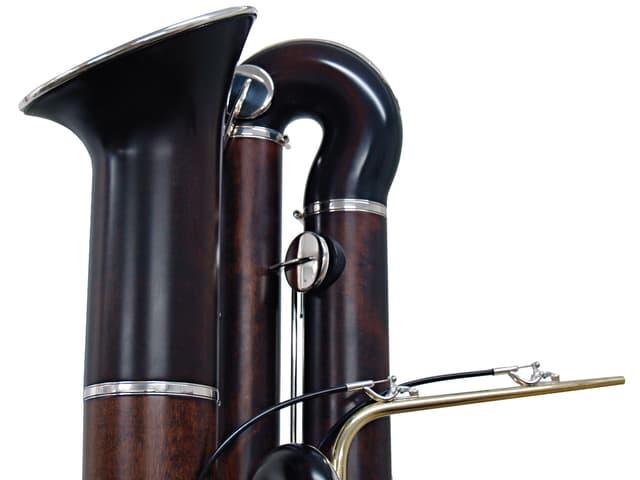 Ausschnitt aus einer Abbildung eines Kontrafortes: Das Instrument ist aus dunklem Holz gefertigt.