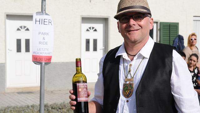Mann mit leerer Weinflasche