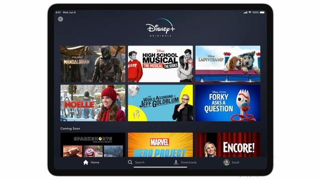 Totale eines Tablets, auf dem die Disneys Streaming-Dienst aufgeschaltet ist.