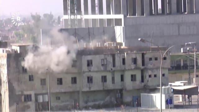 Rauch steigt aus einem Gebäude.
