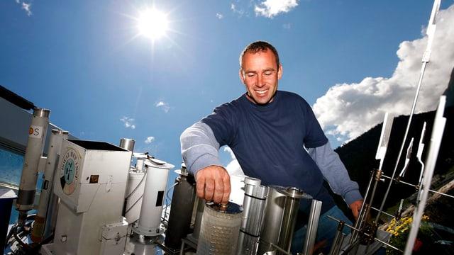 Ein Mitarbeiter des Observatoriums in Davos, mit dem Gerät, das Sonnenstrahlung misst.
