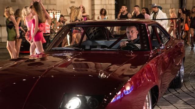Vin Diesel im Mustang vor weiblichen Fans