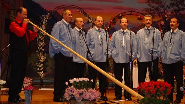 Das Keiser Chörli 2004 bei der CD-Taufe mit Alphorn-Entertainer Kurt Ott.