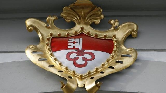 Das Obwaldner Kantonswappen über dem Eingang des Ratshauses.