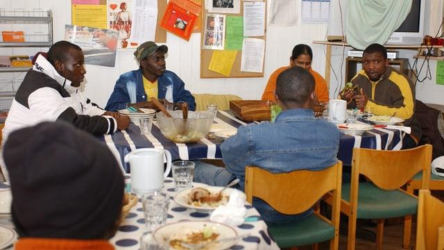 Asylanten beim Essen