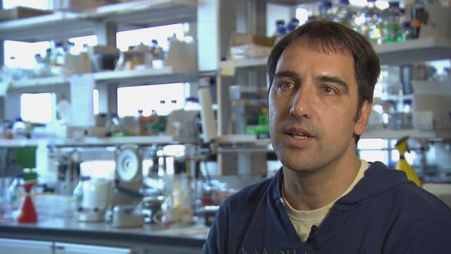 Porträt von Volker Thiel in seinem Labor