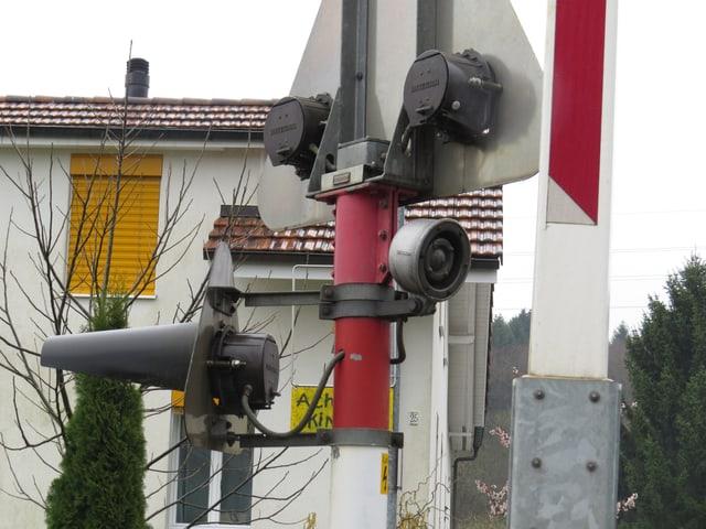 Demolierte Lichtsignalanlage beim Bahnübergang.