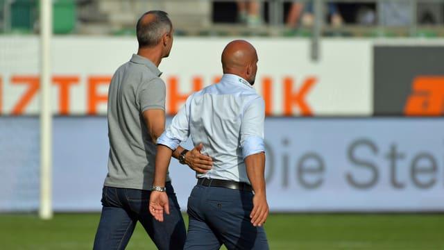 Adi Hütter und Giorgio Contini beschreiten den Rasen.