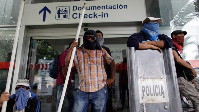 Vermummte Demonstranten am Flughafen