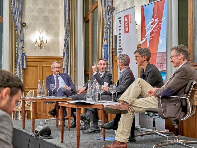 Der Basler Gesundheitsdirektor Lukas Engelberger hebt den Finger