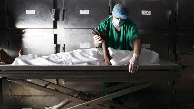 Ein Rechtsmediziner untersucht eine Leiche.