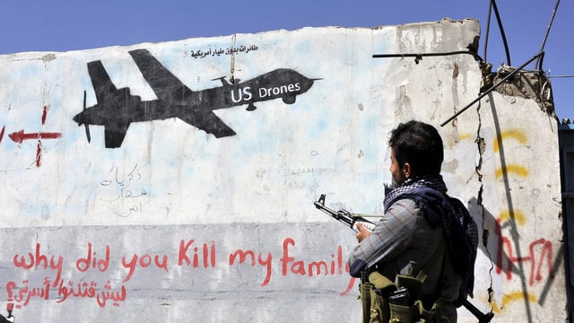 Auf einer eingerissenen Mauer steht «Warum hast du meine Familie getötet?»
