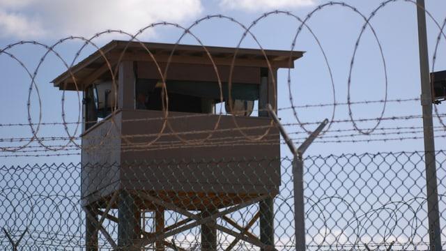 Wachtturm hinter Zaun mit Stacheldraht