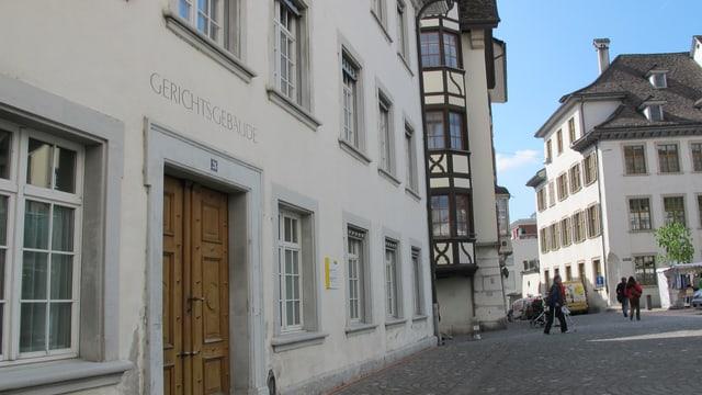 """Eingang zu einem alten Haus, über der Tür steht """"Gerichtsgebäude"""""""