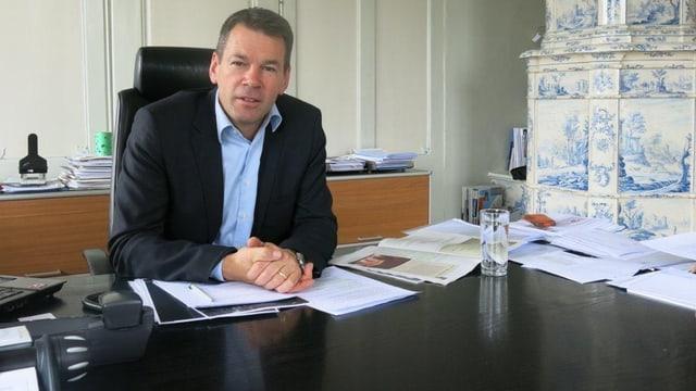 IHZ-Direktor Felix Howald an seinem Pult