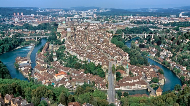 Luftaufnahme der Berner Altstadt mit der Aareschlaufe.