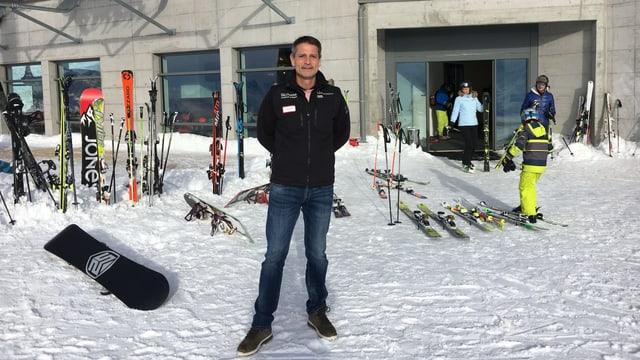 Torsten Knopp davant parcadi da skis.
