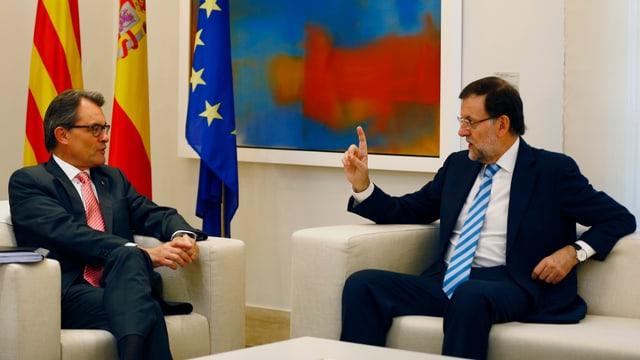 Mariano Rajoy mit hochgestrecktem Zeigefinger droht seinem katalanischen Amtskollegen Artur Mas.