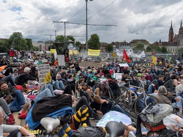 Demonstration von letztem Jahr: Sit-In auf der Wettsteinbrücke.