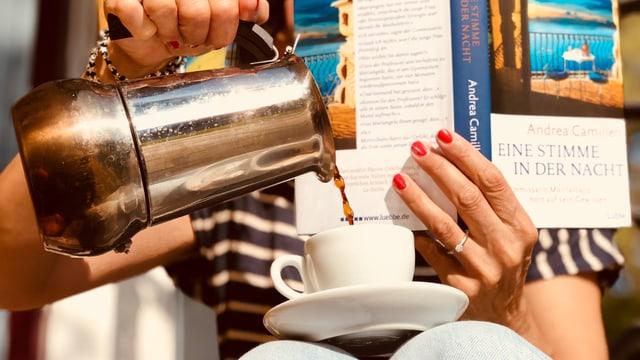 Annette König hät den Krimi «Eine Stimme in der Nacht» von Andrea Camilleri in der Hand und giest gleichzeitig aus der Moka-Kanne ein Espresso in eine kleine Tasse, die sie auf ihren Knien jongliert.