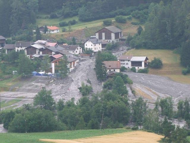 Ein Erdrutsch löste sich in einem Wohngebiet in Scuol.