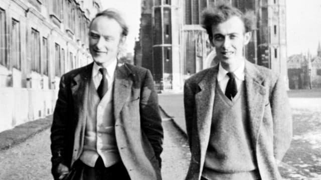 ein schwarz-weiss Foto von zwei Männern am spazieren