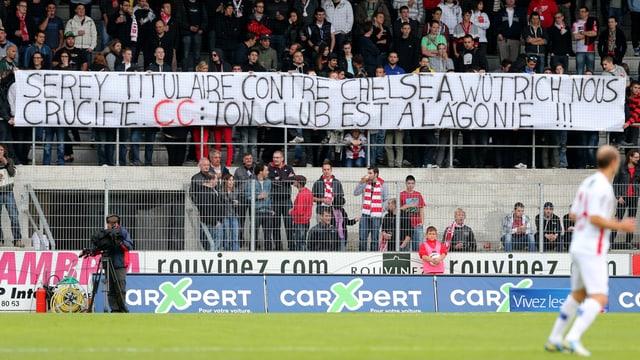 «CC: Dein Klub liegt im Sterben», steht auf einem Fanplakat.