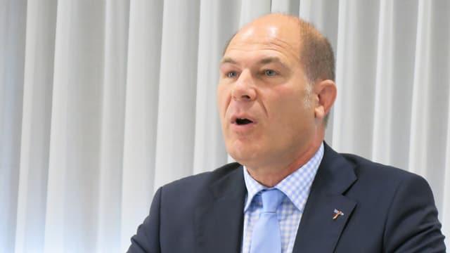 Kopf von Anton Lauber, der während einer Medienkonferenz redet.