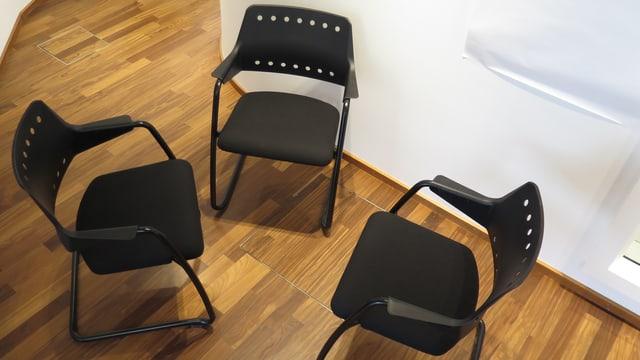 Drei leere Stühle