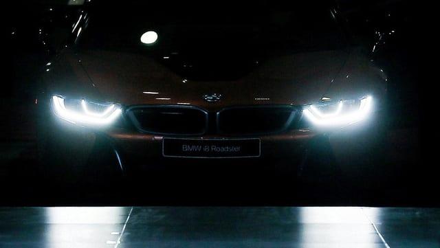 Ein BMW im Dunkeln.