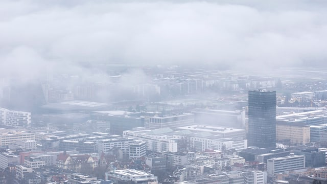 Bewölkte Aussicht über der Stadt Zug.