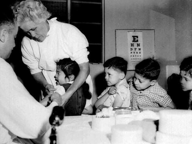 Schwarzweissbild von Kindern bei der Impfung von 1955.