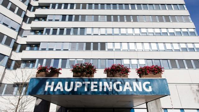 Frontansicht von Haupteingang und Hochhaus des alten Zieglerspitals.