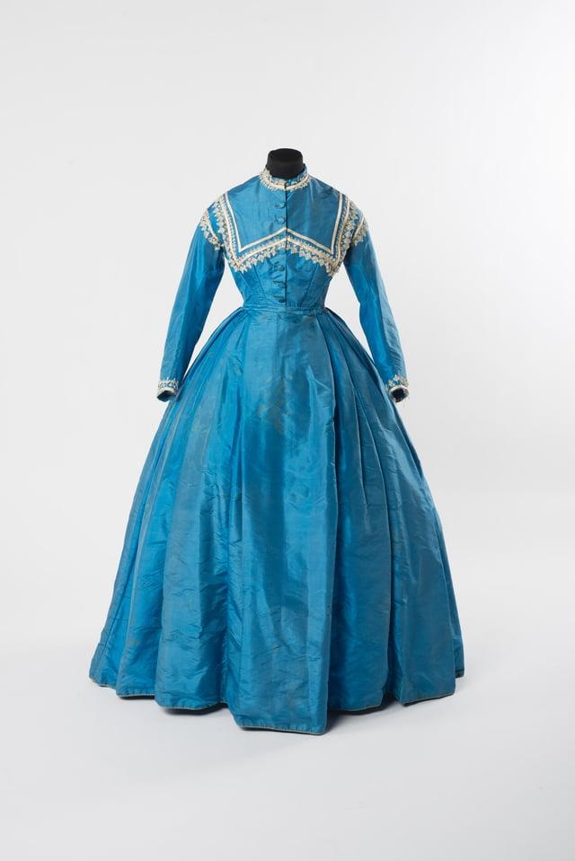 Blaues, hochgeschlossenes Kleid, lange Ärmel, mit weissen Spitzein verziwert
