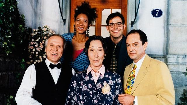 Bilder der Darstellerinnen und Darsteller der Serie Fascht e Familie vor Ihrer Haustür.