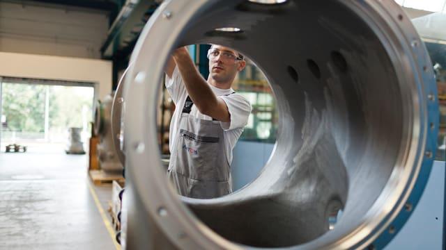 Ein Alstom-Mitarbeiter in einem Werk