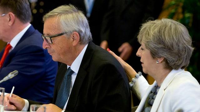 Juncker und May an einem Konferenztisch.