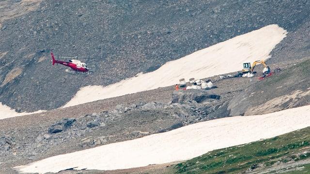 Die Flugzeugabsturzstelle, ein Helikopter und ein Bagger sind bei den Bergungsarbeiten beteiligt