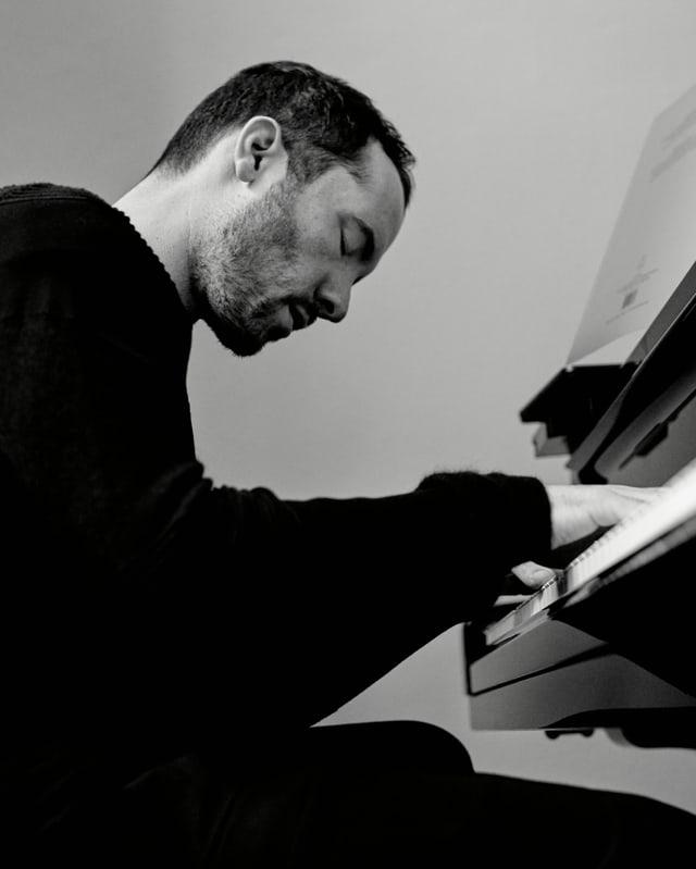 Ein Porträt von Igor Levit, wie er am Klavier sitzt.