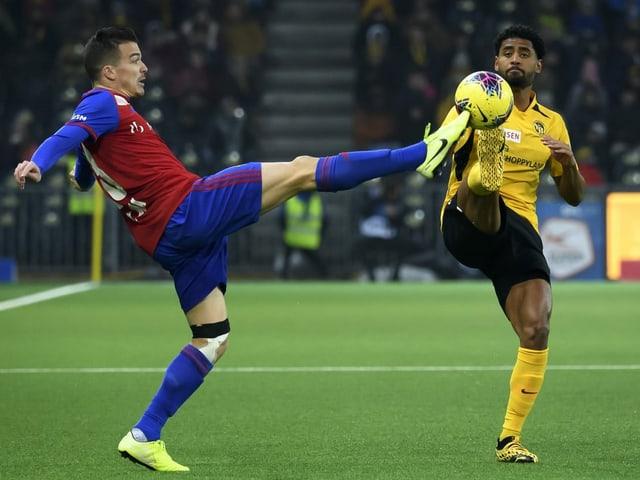 Zweikampf im Spiel zwischen YB und Basel
