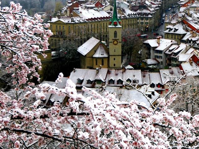Auf den Dächern der Stad Bern liegt  eine wenig Schnee.