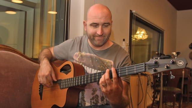 Il maletg mussa il bassist da professiun Lucas Schwarz.